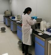 质检人员确保每一批次货品的进入和出厂品质